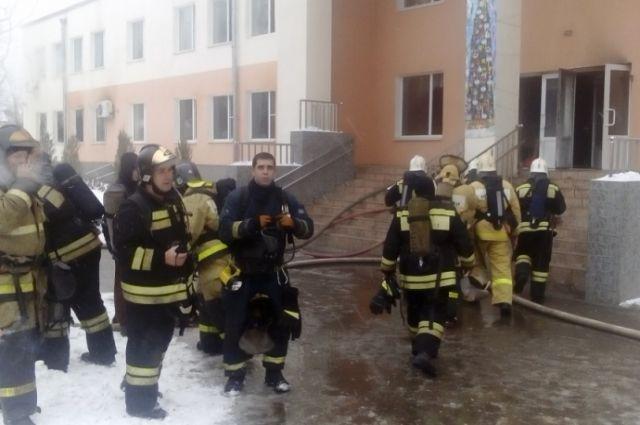 С огнём боролись 27 пожарных.