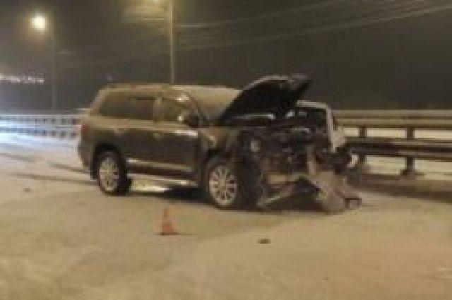 В Оренбурге на улице Беляевской столкнулись два внедорожника
