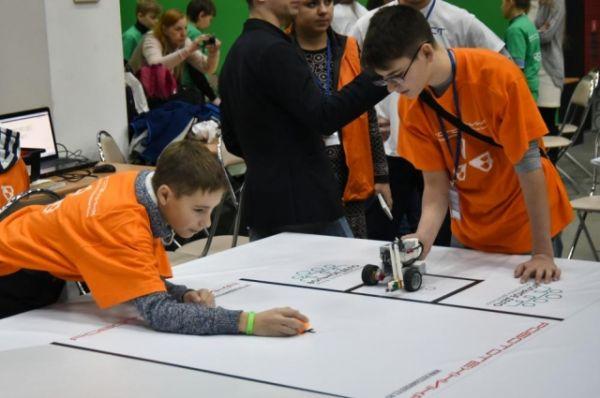 Юные робототехники представили роботов-спасателей и уборщиков, манипуляторы для боулинга и другие разработки.
