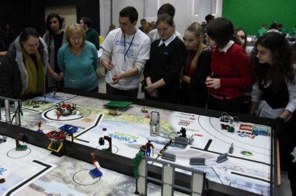 Здесь можно было увидеть всё - от выставки проектов из Lego до технологичных роботов, разработанных специально для международных соревнований.
