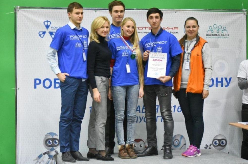 Победители соревнований отправятся на «РобоФест» – крупнейший в Европе и один из самых известных в мире фестивалей, ежегодно собирающий лучших участников научно-технического творчества в возрасте от 6 до 30 лет.