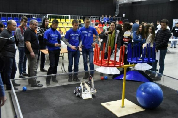 На него собрались ведущие робототехники Юга России, а также начинающие электронщики, программисты и конструкторы
