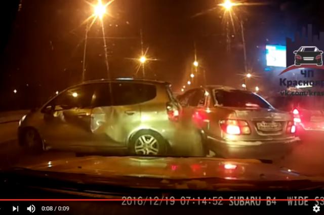 ВКрасноярске фургон отбросил Хонда навстречную полосу