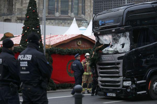 Водитель грузовика был задержан полицией неподалеку от места происшествия, его личность в интересах следствия пока не разглашается.