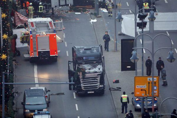 На месте случившегося сейчас работают спасатели и полицейские.
