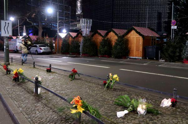 Люди уже начали приносить цветы и свечи на место происшествия.