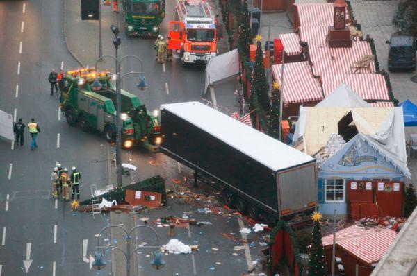 Сбив десятки человек, грузовик проехал около 80 метров, снося палатки, пока не врезался в столб.