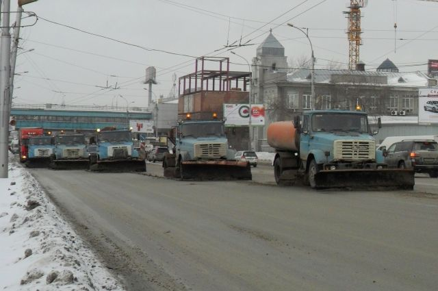 В Новосибирске усиленно убирают снег