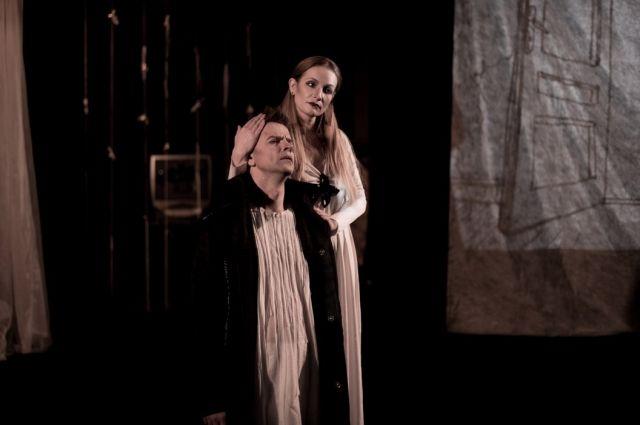 Спектакль создан в традициях современного европейского театра.