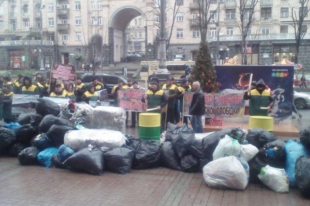 Владельцы уничтоженных МАФов завалили киевскую мэрию мусором
