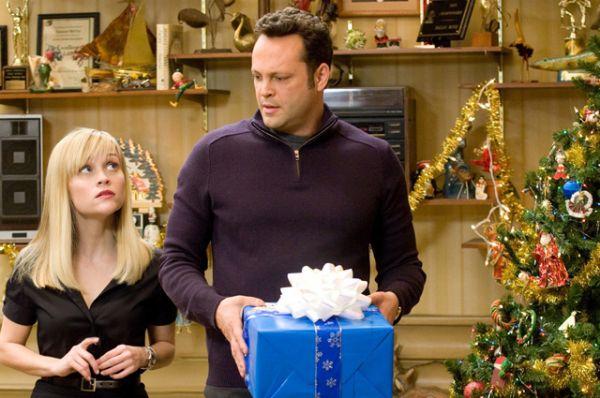 «Четыре Рождества» — комедийная мелодрама о том, как влюбленная пара, Брэд и Кейт, пытаются встретить Рождество вместе со своими родителями. Однако и его, и ее родители в разводе, поэтому им нужно за один день успеть в четыре разных места. Сборы в прокате: $120,15 млн