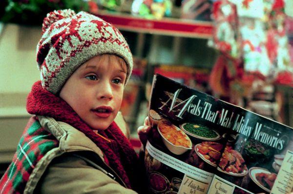 Лидером рейтинга стала комедия «Один дома» режиссера Криса Коламбуса, сюжет которой знаком всем: в канун Рождества родители забывают маленького Кевина дома, однако тот не теряется и разбирается даже с парой грабителей, пожелавшим залезть в дом. Сборы в прокате: $286 млн