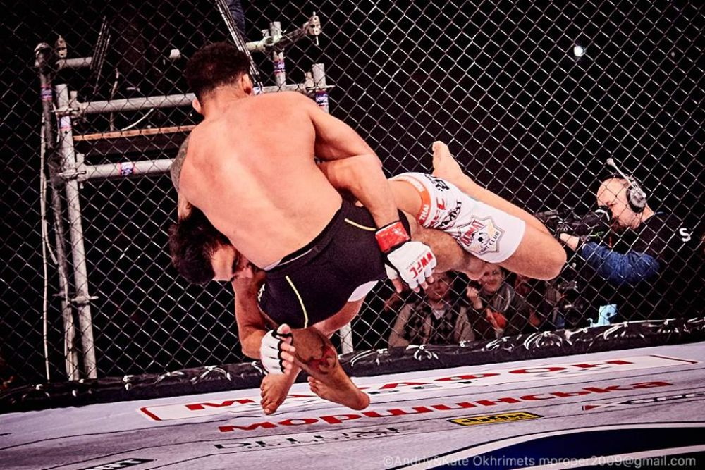Если не получается захватить с места, можно попробовать это сделать с прыжком в сторону противника