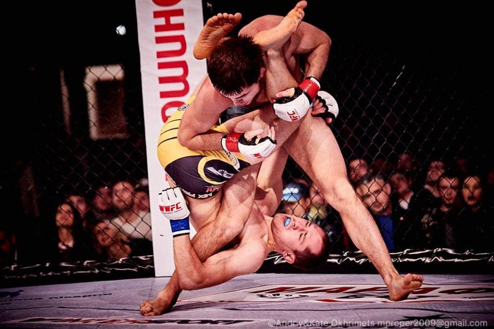 Захватывать бойца можно не только руками, но и ногами, если хочешь победить