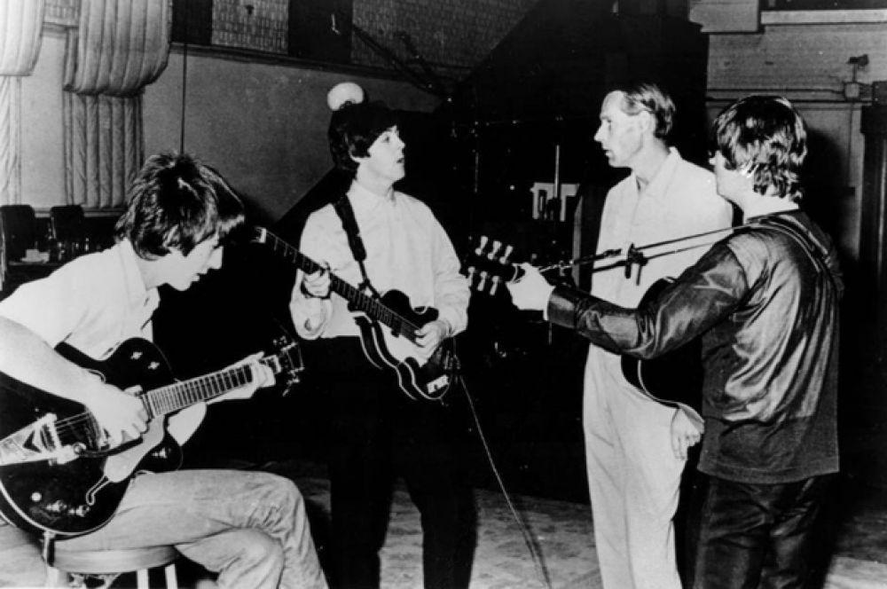 8 марта умер музыкальный продюсер Джордж Генри Мартин, которого называли «пятым битлом»: он продюсировал почти все пластинки группы. Ему было 90 лет.