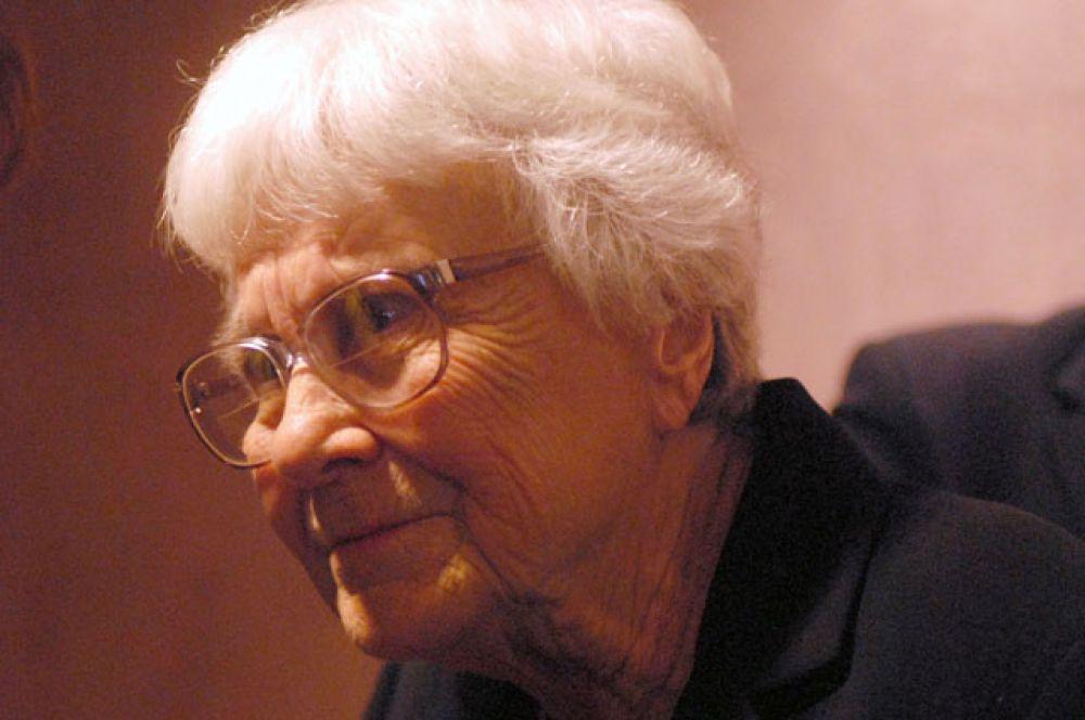 В этот же день ушла из жизни американская писательница, автор романа «Убить пересмешника» Харпер Ли. Ей было 89 лет.