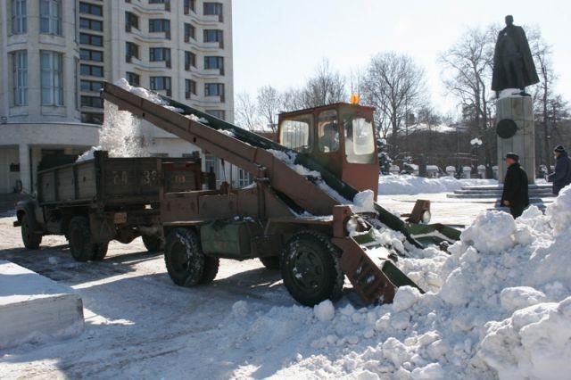 Убирать снег сулиц Нижнего Новгорода мешают припаркованные машины