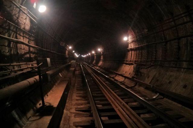 Мужчина умер при падении нарельсы вмосковском метро