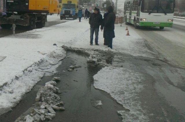 Из-за повреждения наводопроводе, несколько дворов Барнаула были затоплены