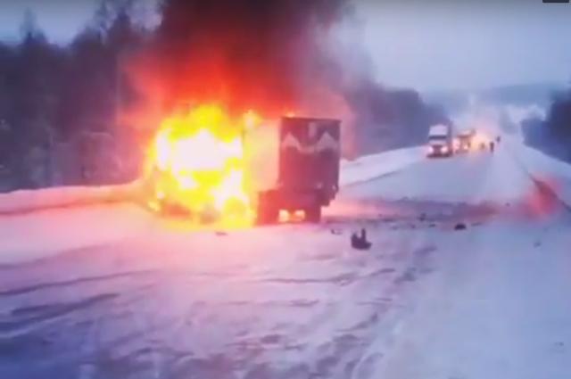 На трассе Р-255 «Сибирь» столкнулись 4 автомобиля, один из них загорелся.