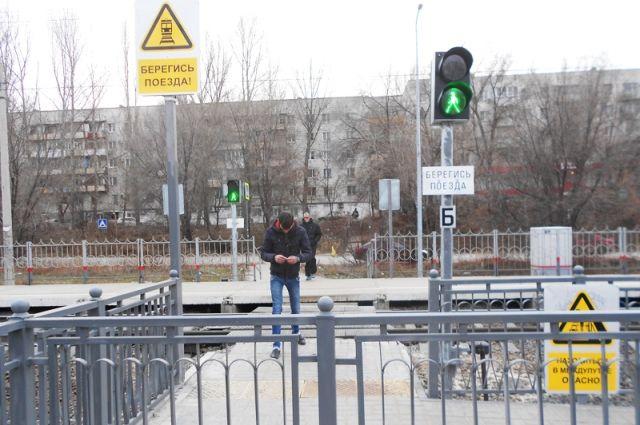 Вместо деревянных настилов - современный переход. Теперь жителям посёлка Верхняя Судоверфь гораздо удобнее пересекать железную дорогу.