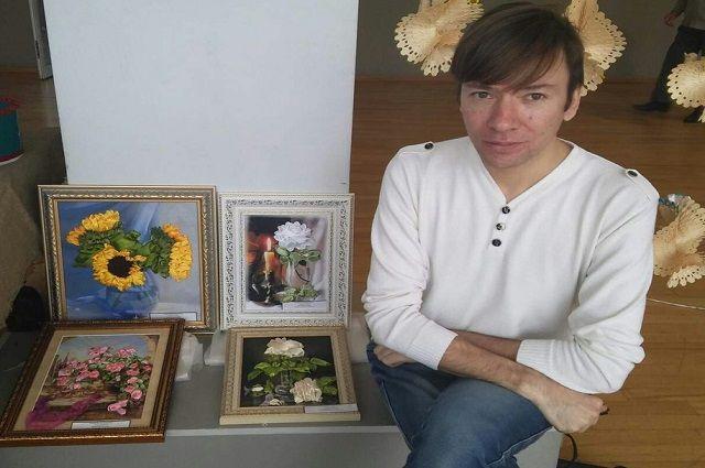 Руслан на выставке со своими картинами