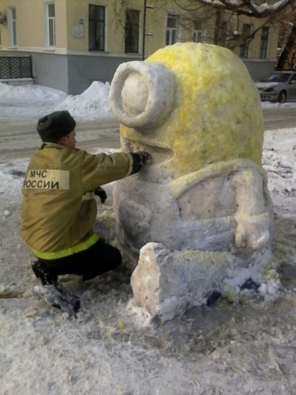 Затем расписал свои снежные скульптуры обычной гуашью.
