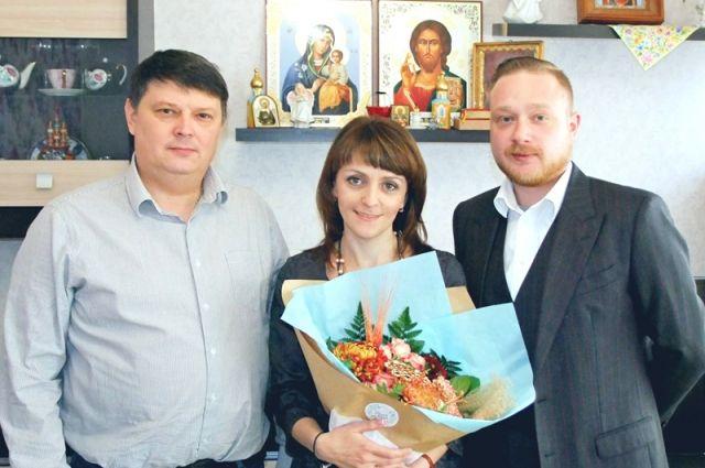 В День матери Иосиф Ефремов (справа) поздравил с праздником многодетную семью Мелешковых.