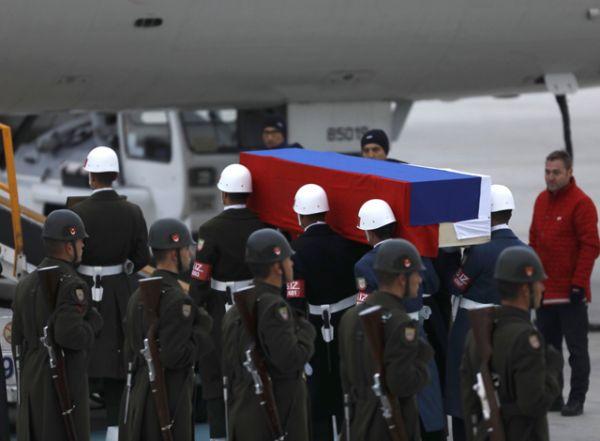 Самолет, перед которым проходила церемония, доставил тело посла на родину.