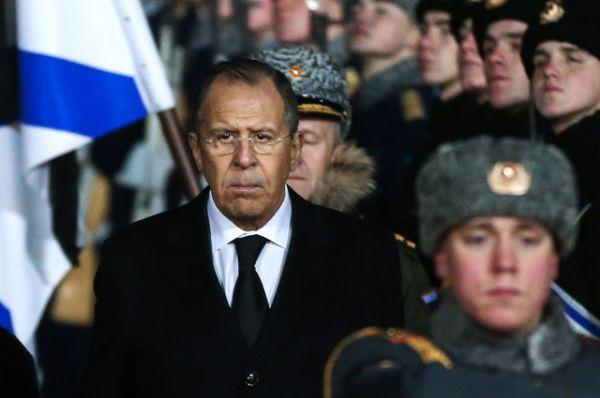 Вместе с вдовой министры под звуки траурного марша прошли за гробом между двумя рядами солдат роты почетного караула.