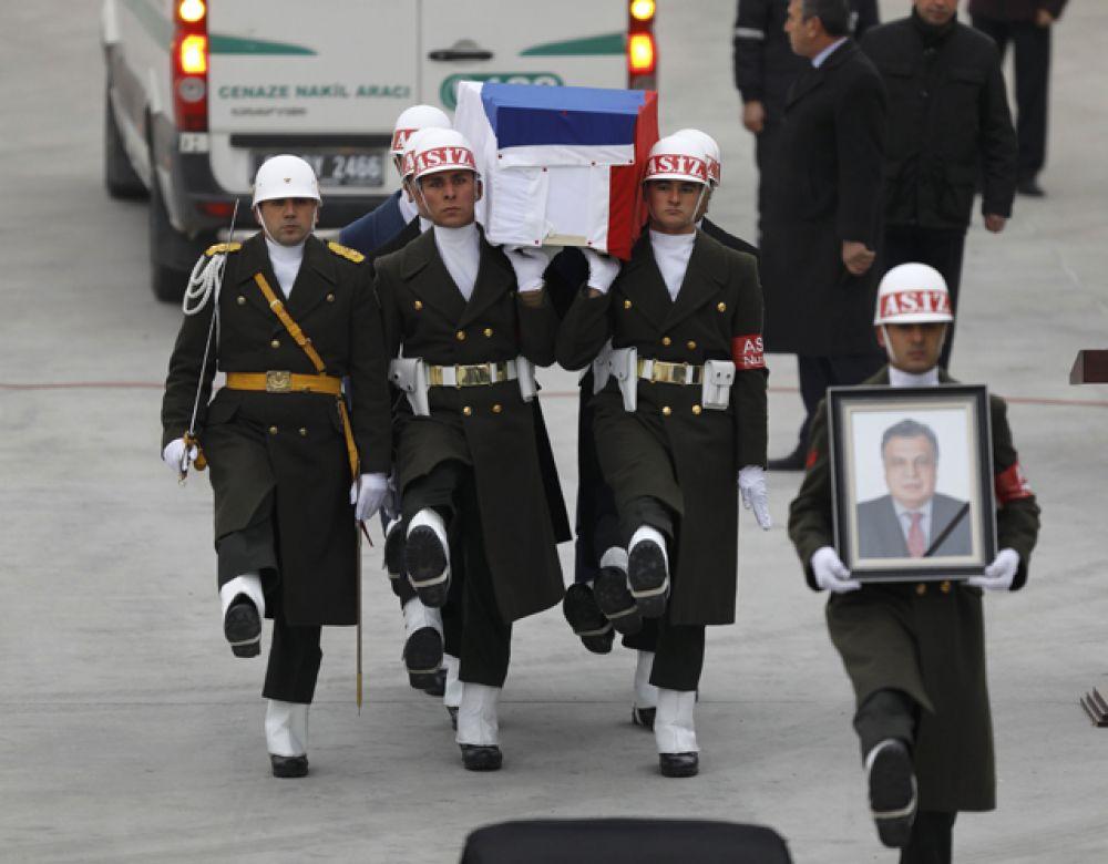 На траурной церемонии в аэропорту Анкары присутствовали родные Андрея Карлова, сотрудники дипмиссии РФ и представители иностранных посольств.