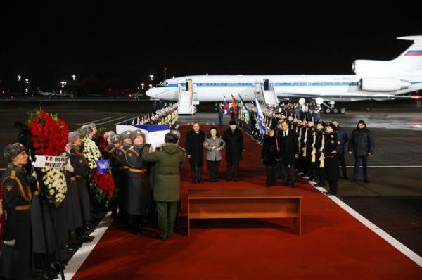 Когда самолет приземлился в московском аэропорту «Внуково», его встречали министры иностранных дел России и Турции Сергей Лавров и Мевлют Чавушоглу.
