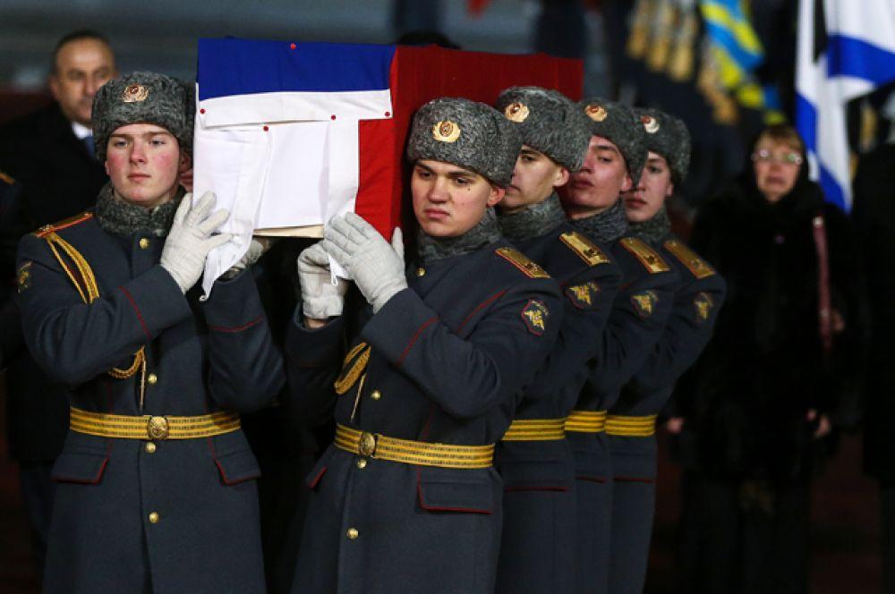 Сюда солдаты Преображенского полка вынесли гроб, обитый в цвета флага РФ.