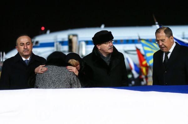 Затем гроб установили на помост, чтобы женщины смогли еще раз проститься с Андреем Карловым. После этого гроб поместили в катафалк, который отправился в Москву.