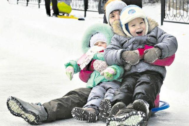 А детсадовцам мороз нипочём! Круто кататься с горки, когда на термометре минус 30.