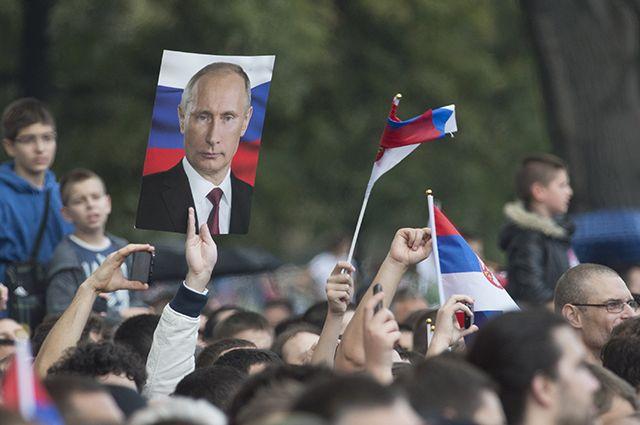 Жители Белграда с портретами президента России Владимира Путина.