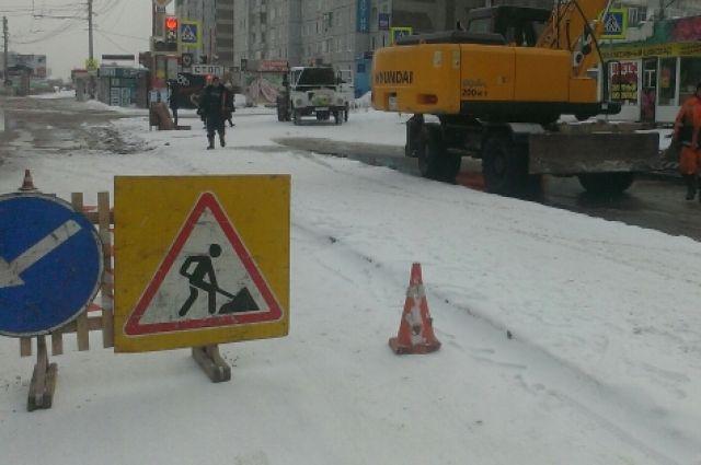 ВБарнауле устраняют повреждение водопровода впереулке Ядринцева