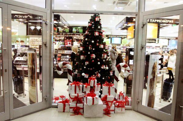 Новогодние елки украсили павильоны крупных магазинов