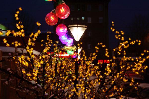 Деревья-гирлянды перед центральным Универсамом зимой смотрятся особенно по-праздничному