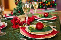 Красивая сервировка стола избавит от необходимости украшать его десятками блюд.