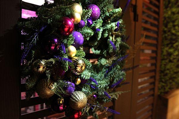 На многих дверях баров и ресторанов Новосибирска появились новогодние венки