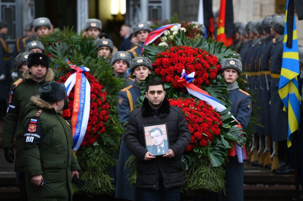 Траурная процессия выходит из здания министерства иностранных дел России.
