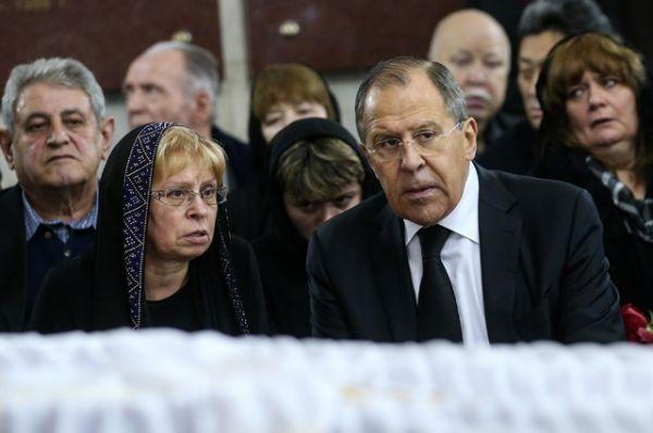 Министр иностранных дел РФ Сергей Лавров и вдова убитого посла России в Турции Андрея Карлова Марина.