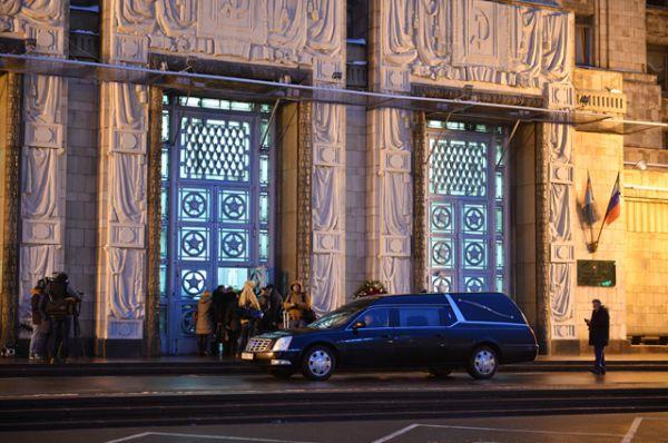 Катафалк у входа в здание министерства иностранных дел России в Москве.
