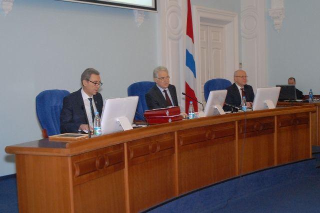 Поправки касались перераспределения более 600 млн. рублей в качестве дополнительных средств поддержки ряда социально значимых отраслей и проектов.