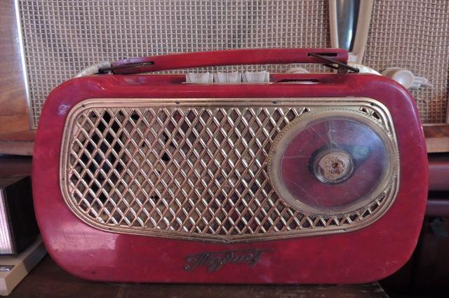Многие жители города узнают новости через радио.