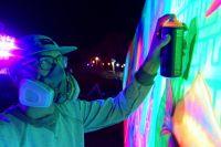 За несколько дней художники должны были создать светящееся в темноте огромное граффити.