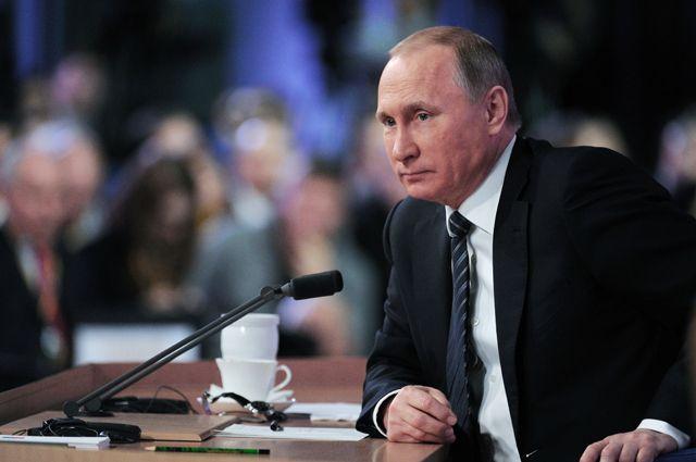 Президент России Владимир Путин на одиннадцатой большой ежегодной пресс-конференции в Центре международной торговли на Красной Пресне 17 декабря 2015.