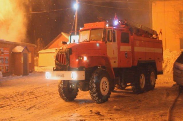 Несколько часов тушат пожар на заводе в Барнауле