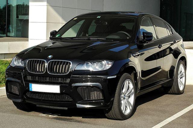 В Кемерове BMW x6 врезался в остановку: один человек погиб.